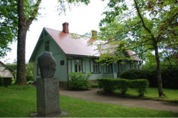 Andreja Upīša muzejmāja ar dārzu